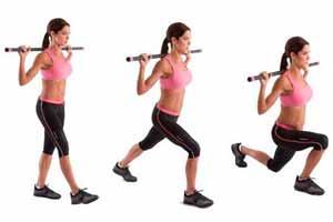 Ejercicios para eliminar la celulitis de las piernas: Zancadas con barra